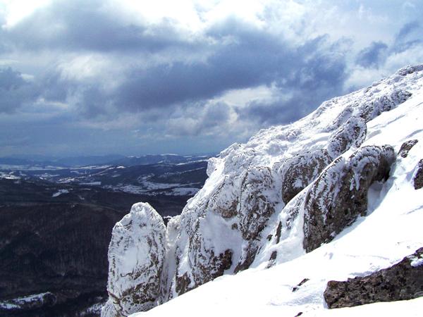Поглед от скалите на Стража към планините на Краището