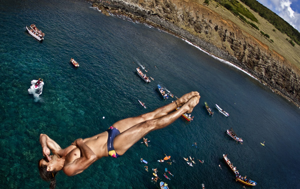 Орландо Дуке (Колумбия) в Red Bull Cliff Diving 2011 о.Рапа Нуи, Чили / фотография: Дийн Тремл