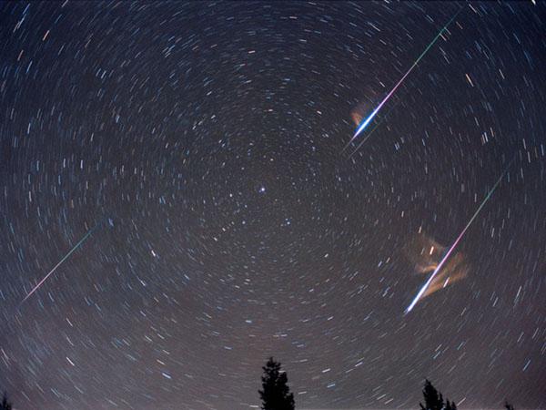Октомврийският дъжд от падащи звезди, който всяка година се наблюдава между 6 и 10 октомври, е т.нар. метеорен поток Дракониди.