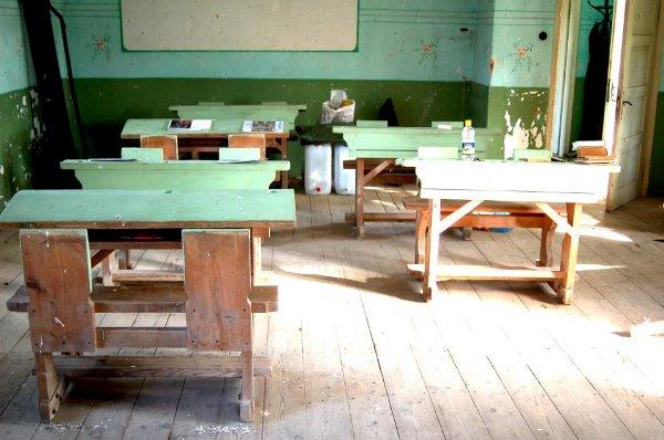 Старите чинове, на които е учила Валя Балканкса са все още в училището, което има нужда от вас