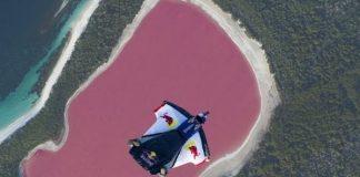 Уингсют полет над розовото езеро в Австралия