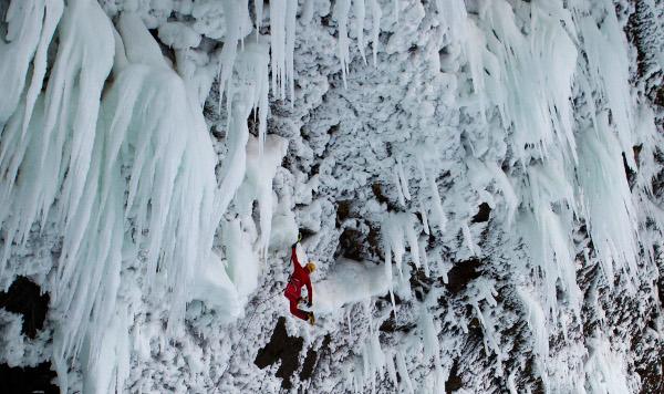 Ледени висулки и сечива в канадските Скалисти планини.