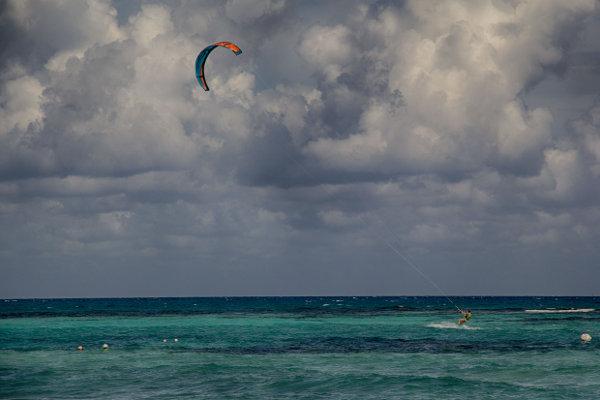 Кайт танц с вятъра из Карибско море