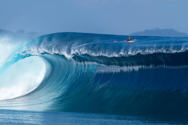 Сърфистът Sean Woolnough на остров Namotu, Фиджи.