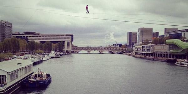 Екстремна разходка по въже над река Сена