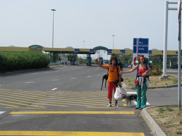 Приятелите: Ясен, Надя и Рая на стоп към Унгария
