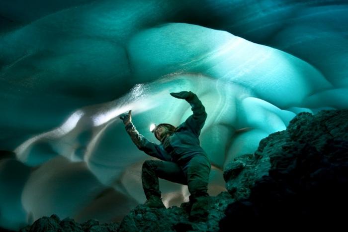 Пещернякът  Ester Molina в ледена пещера