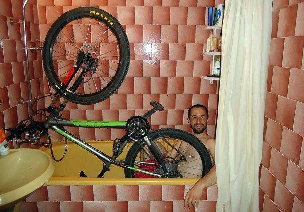 Nikita Nikitov във ваната съв своята зелена любима