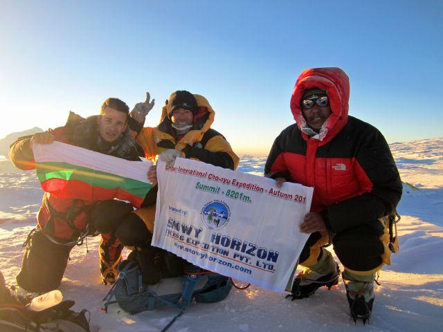 Отляво надясно - Богдан Велев, Лука Монтанари и Nourbu шерпа, на връх Чо Ойю, на изгрев слънце