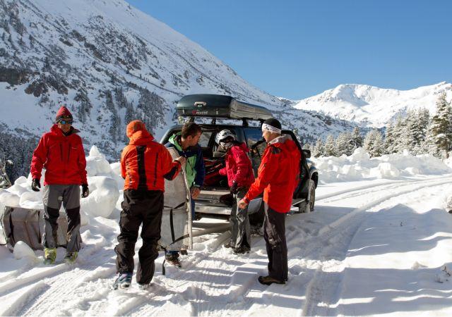 Краси Стоянов, Анди и екпи от доброволци изнасят багаж и екипировка нагоре.