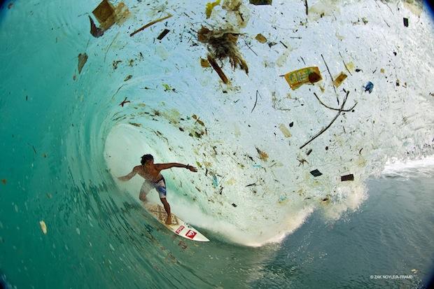 Сърф сред боклуци/ Снимка: Zak Noyle, източник: mpora.com