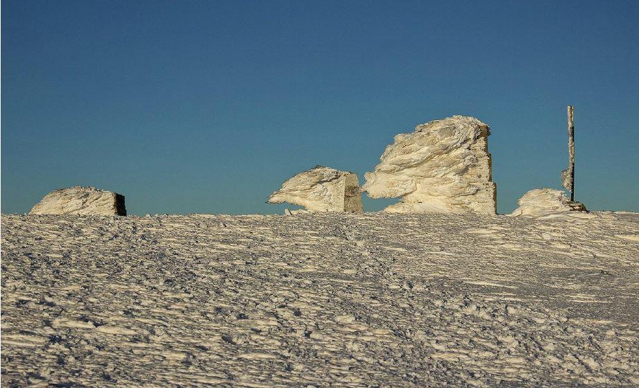 Гранични пирамидки на вр. Руен, сковани в лед