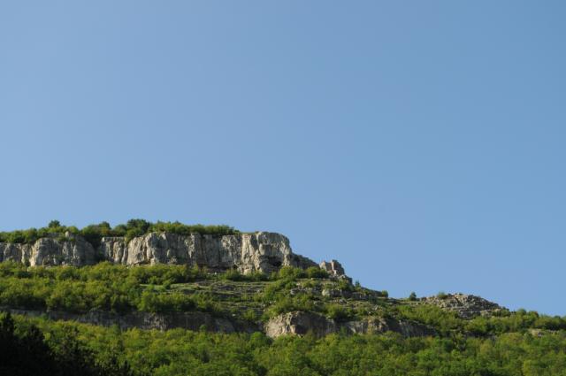 Хайлайн спотът, видян от Вазовата пътека (между двете най-вдясно изнесени скали).