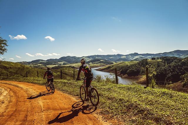 cyclists-1534907_640