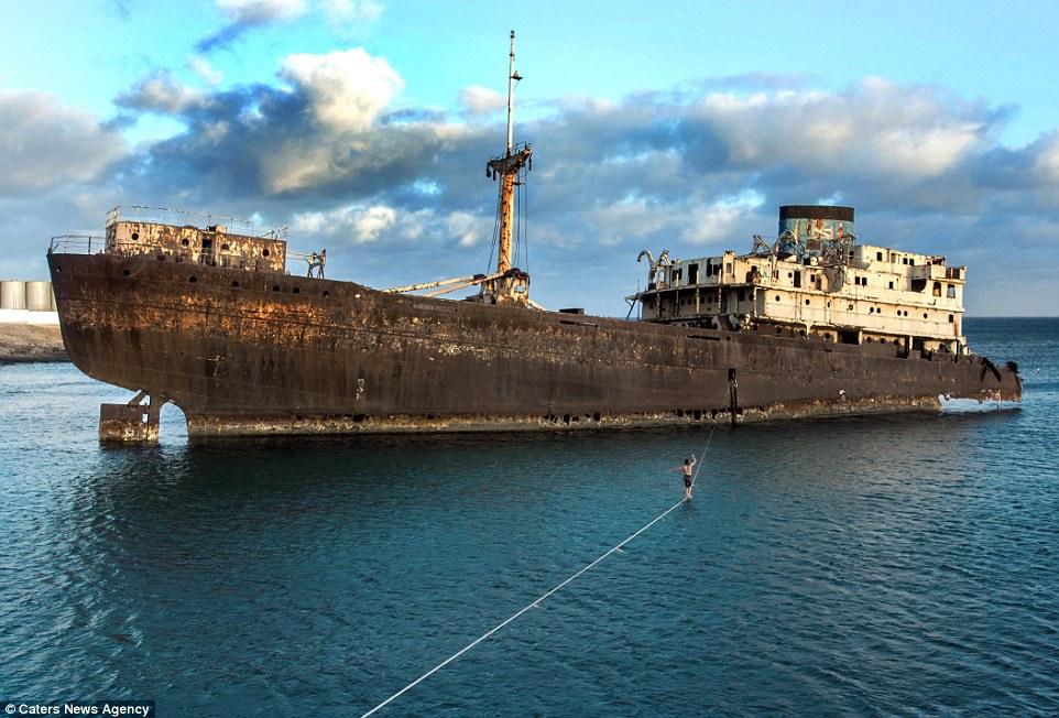 слаклайн над вода, кораб, слаклайн
