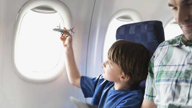 С деца в самолет