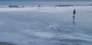 Кънки на лед на плажа