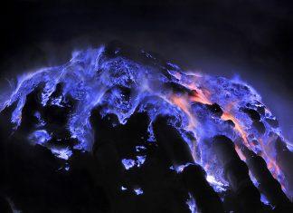 Вулканът, който изригва в синьо