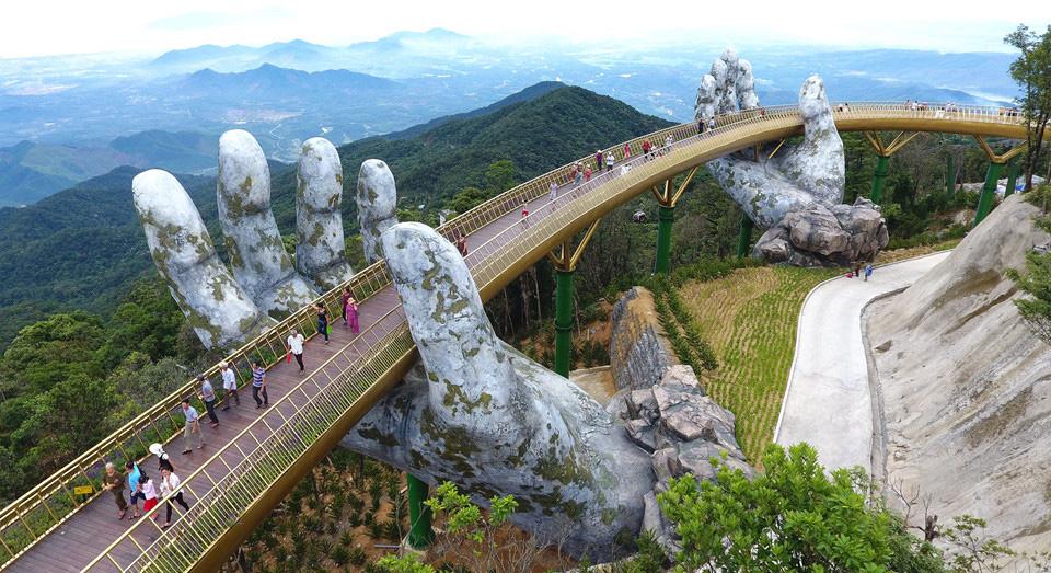 Мост, придържан от две каменни ръце