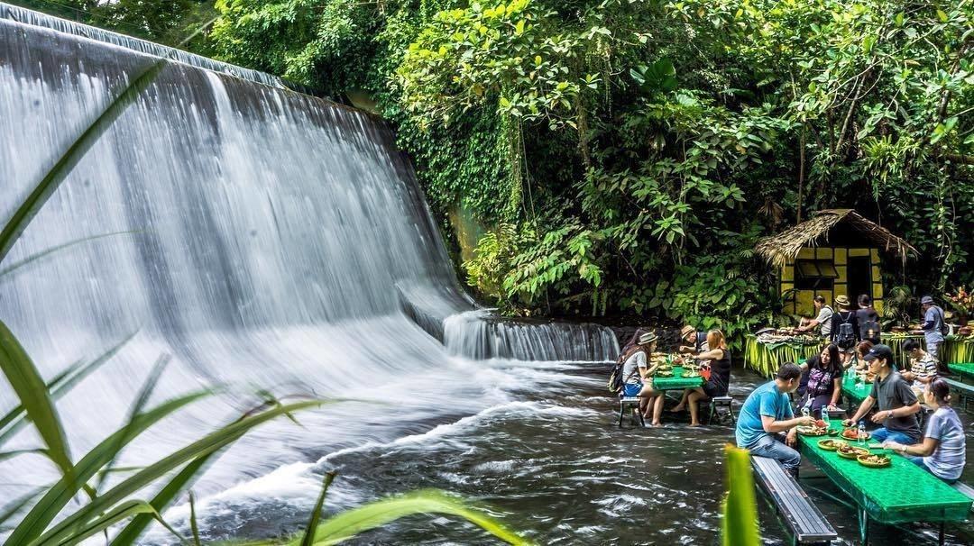 Ресторант водопад във Филипините