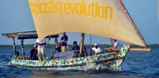 Лодка от пластмасови отпадъци