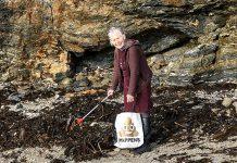 Баба Пат, която чисти плажове