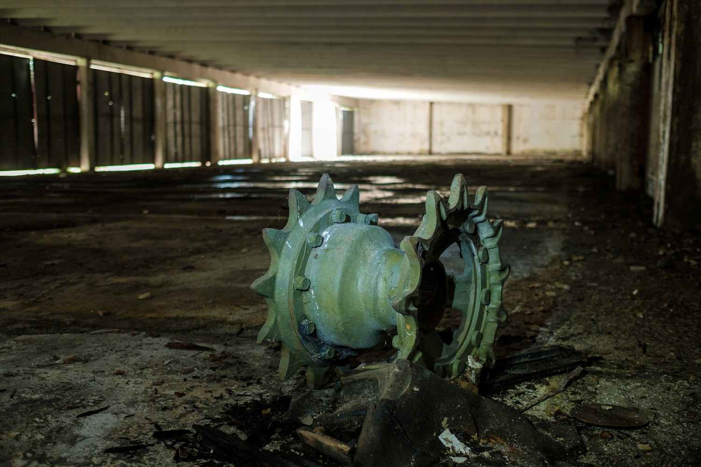 Верижна ролка, която някога е била част от танк, е единственият обитател на просторните гаражи на бившата 24-та танкова бригада в град Айтос.