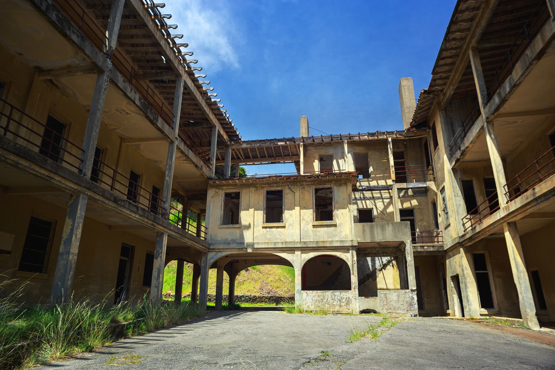 В двора на бившата военна болница на Fort McDowell, част от острова Angel Island. Сградата е построена през 1911-та година, и се ползва до 1962-ра, след което е изоставена.