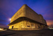 Масивното туловище на Richmond Shipyards General Warehouse. Сградата е построена през 1942-ра година и представлява склад, който е бил част от корабостроителницата Richmond Shipyards в града Ричмонд, Северна Калифорния. Складът е снабдявал новите кораби (така наречените Liberty Ships) с всичко, нужно за тяхното обзавеждане, преди да се отправят на война.