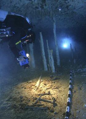 Древен човешки скелет изваден от подводна пещера в Мексико