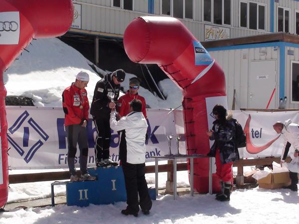 Петър Зографов награждава победителите при мъжете и жените.