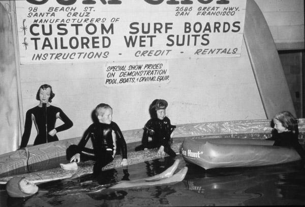 1956 г. Деца облечени в неопрени O'Neill по време на търговското шоу в Сан Франциско