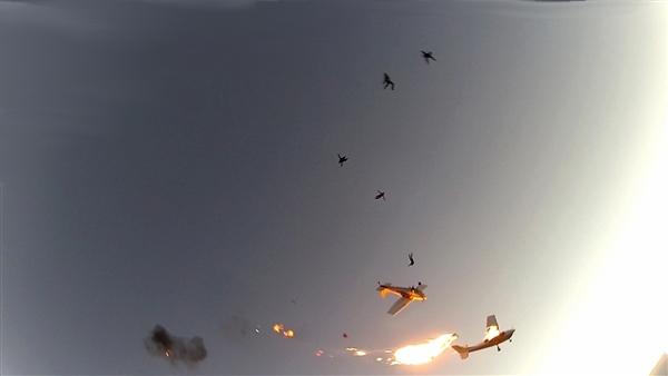 Парашутисти оцеляха по чудо след сблъсък на два самолета