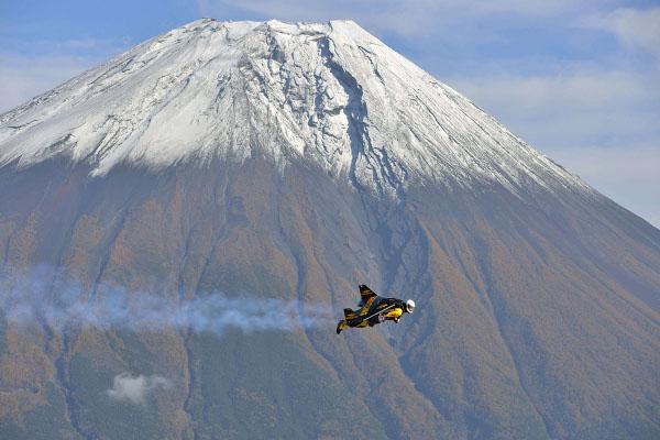 Джетман прелетя над Фуджи със самоделно крило