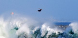 Сърфистът Боби Оквист в полет над вълна в Нюпорт Бийч, Калифорния.