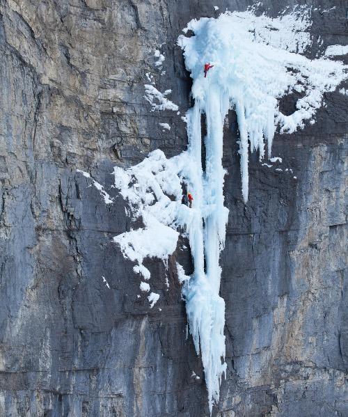 Тим Емет изкачва водопадите Хелмкен в Британска Колумбия.