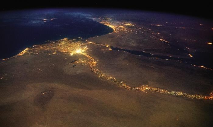 Нил, вливайки се в Средиземно море и ярките светлини на Кайро и Израел.