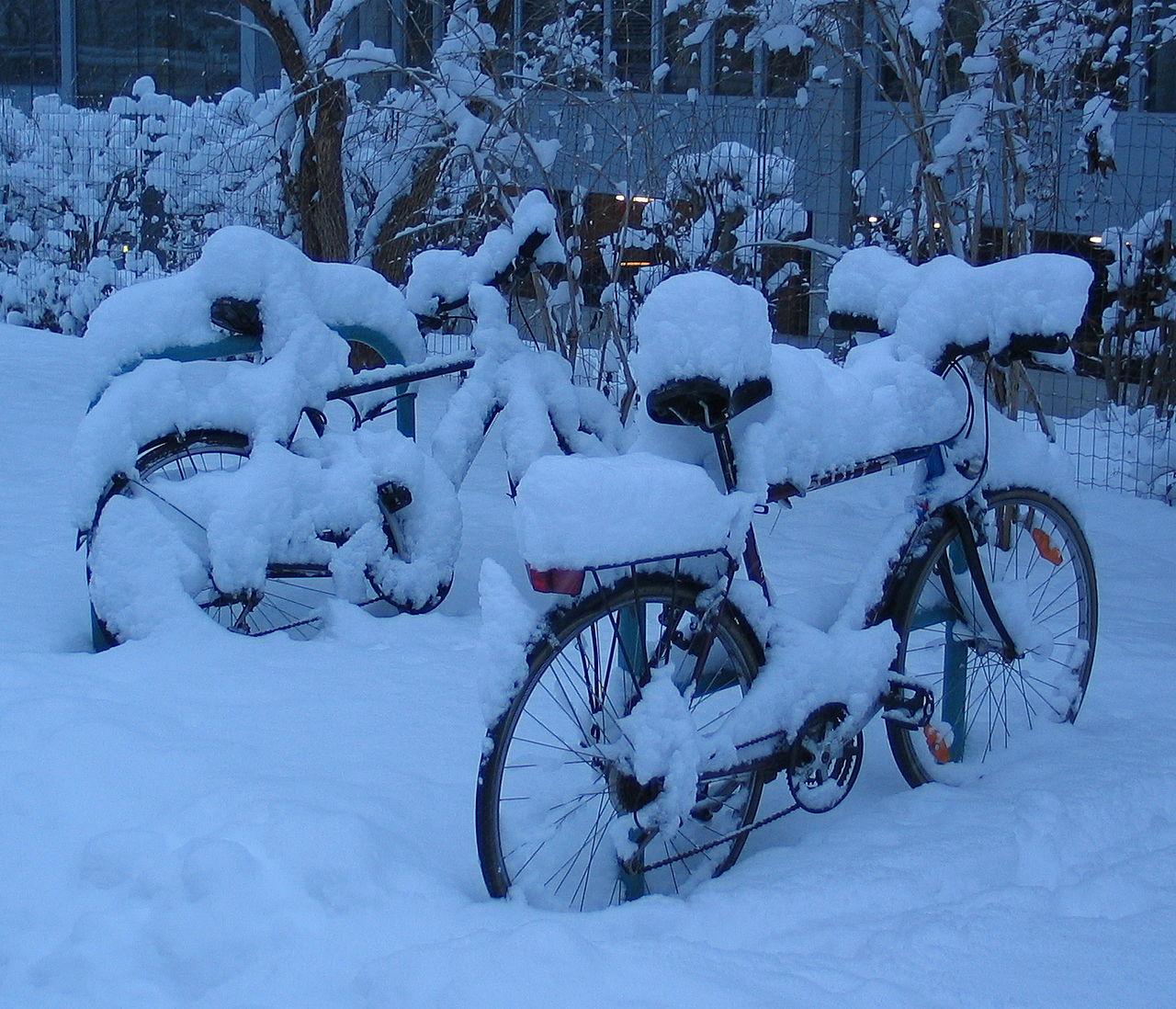 1280px-Bicycles_snow_Graz_2005_original