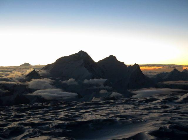 Панорамната гледка с Еверест, Лхотце и Нупце, отляво, надясно. Вляво от тях, в далечината се вижда Макалу.