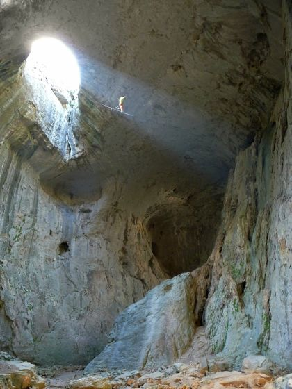 """""""CRAZY CAVEMAN"""" 37 м дължина, 24 м височина, пещера Проходна край с. Карлуково. Един от първите хайлайни в пещера."""