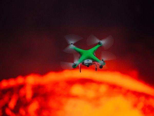 Приключенци и дронове влизат във вулкан