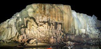 Каяк в пещерите на Лаос