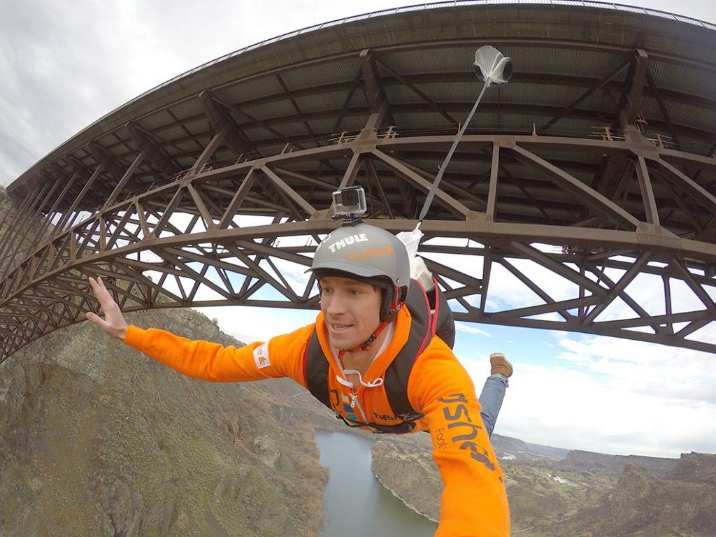 Матиас Жиро скача от скали и изпреварва лавини