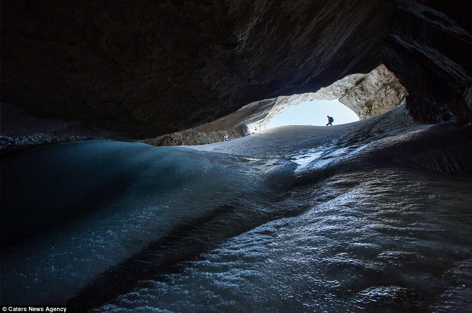 Замръзнал свят под скалите
