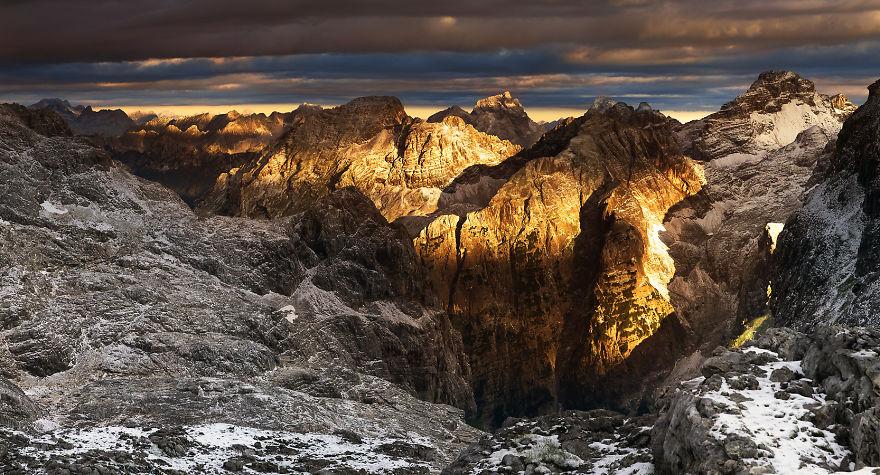 Първи слънчеви лъчи над словенските Алпи