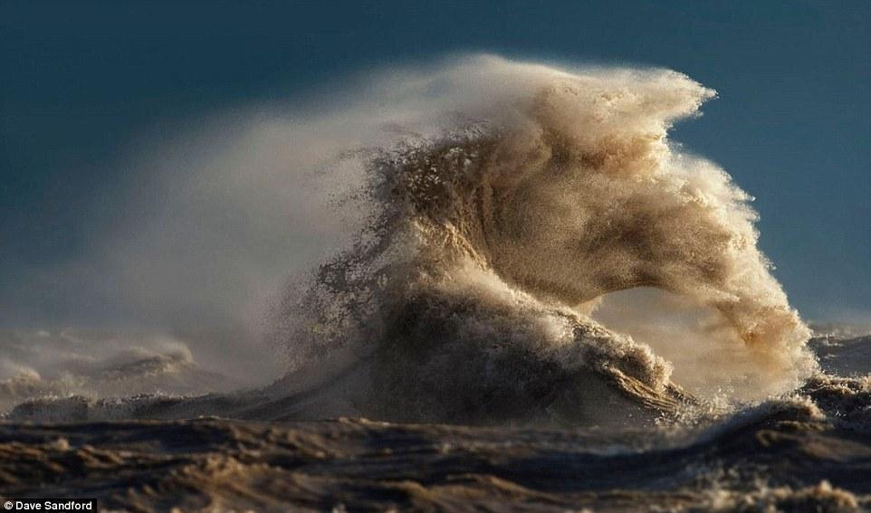 Планини от вода; Вълни