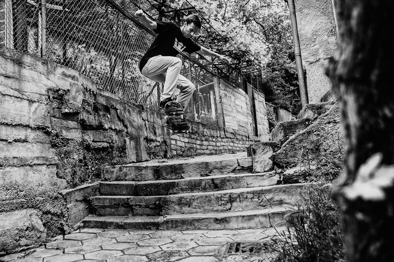 Със скейт, фотоапарат и в черно-бяло