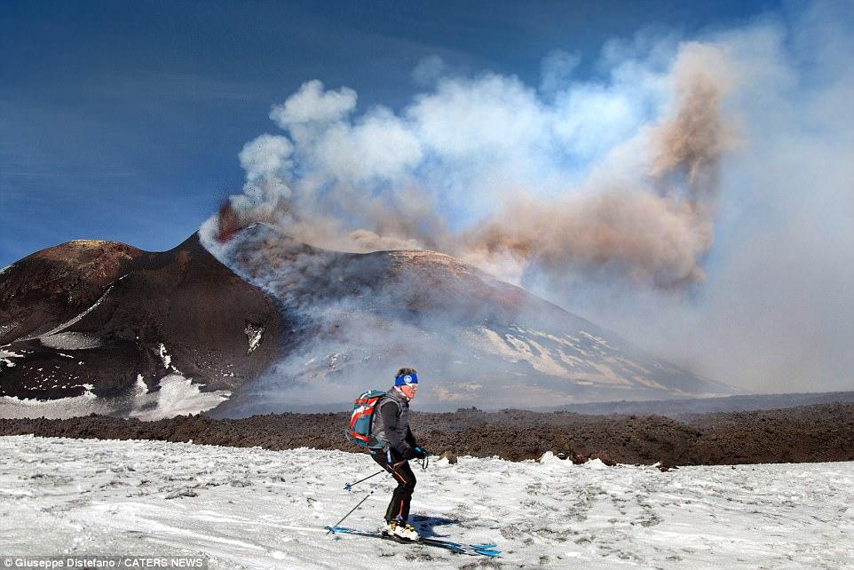 Със ски на фона на изригващия вулкан Етна