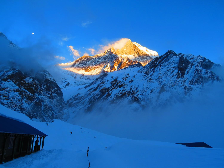 поглед към връх Мачапучаре от базов лагер (3700м), Непал снимка: Ира Кюрпанова