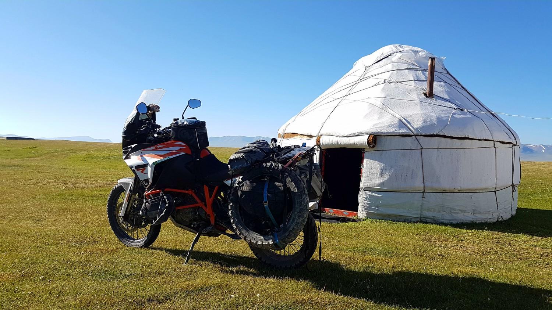 Край езерото Сон Кул в Киргизстан.